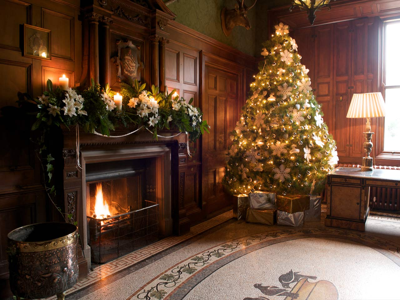 Christmas decoration all around the world - Others Luxury Chocolate Christmas Fireplace Decor Idea With